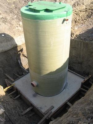 Поліетилен чи склопластик? Що краще використовувати при виготовленні каналізаційної насосної станції?